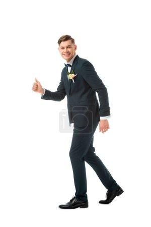 Photo pour Marié gai en costume noir montrant pouce vers le haut isolé sur blanc - image libre de droit