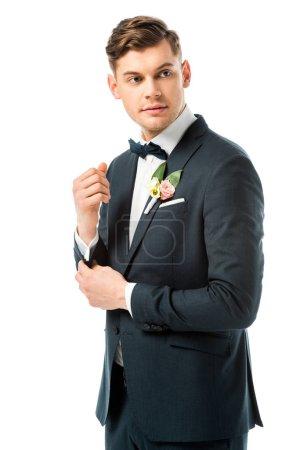 Photo pour Beau marié en suite noire élégante à la recherche de suite isolé sur blanc - image libre de droit