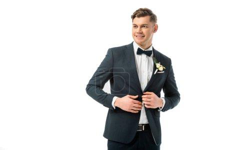Photo pour Époux joyeux en élégante veste noire avec la fleur à la boutonnière isolé sur blanc - image libre de droit