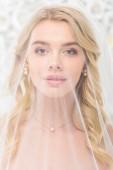"""Постер, картина, фотообои """"Портрет привлекательной молодой женщины с лицом, покрытые прозрачной Фату на белый цветочный фон"""""""
