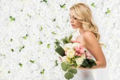 """Постер, картина, фотообои """"красивая молодая невеста, холдинг свадебный букет на белый цветочный фон"""""""