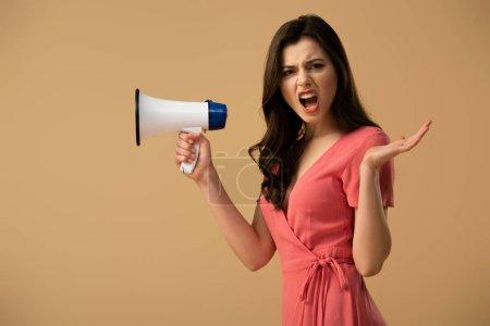 Photo pour Femme brune en colère en robe tenant mégaphone et criant isolé sur beige - image libre de droit