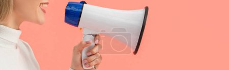 Photo pour Plan panoramique de femme parlant en mégaphone isolé sur rose - image libre de droit