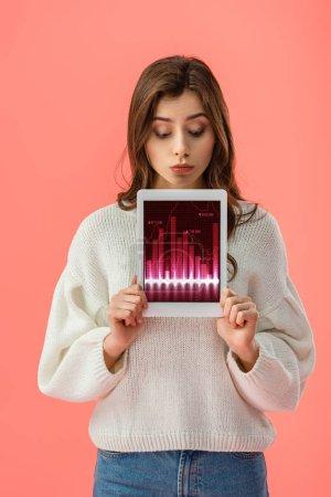 Photo pour Jolie jeune femme tenant une tablette numérique avec graphiques sur écran isolé sur Rose - image libre de droit