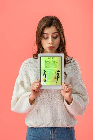 Photo pour Belle jeune femme tenant la tablette numérique avec meilleurs achats app sur écran isolé sur Rose - image libre de droit