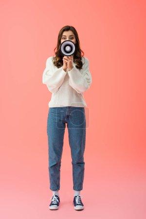 Photo pour Pleine longueur vue de femme crier en mégaphone sur fond rose - image libre de droit