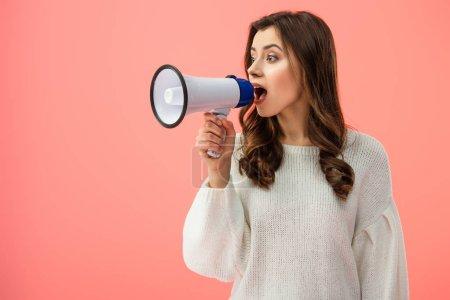 Photo pour Femme brune en pull blanc criant en mégaphone isolé sur rose - image libre de droit