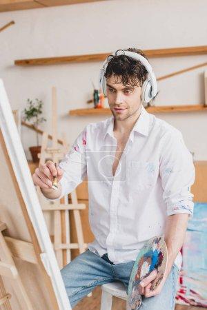 Photo pour Mise au point sélective de beau artiste écoute musique avec un casque - image libre de droit
