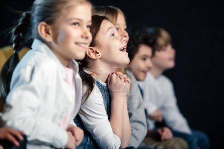 Foto de Enfoque selectivo de entusiasmados amigos sentado en el cine y ver películas - Imagen libre de derechos