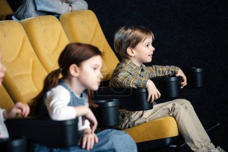 Foto de Enfoque selectivo de dos amigos viendo la película en el cine juntos - Imagen libre de derechos
