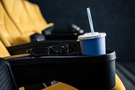 Photo pour Mise au point sélective des sièges de cinéma orange vide avec coupe d'élimination et de lunettes 3d - image libre de droit