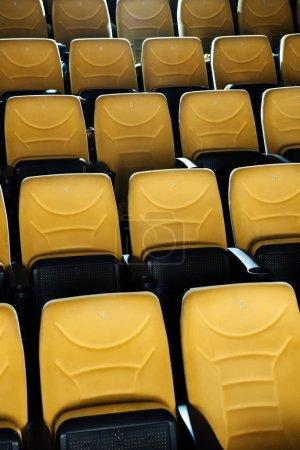 Photo pour Rangées de sièges confortables orange vides dans la salle de cinéma - image libre de droit