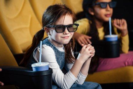Photo pour Mise au point sélective des amis multiculturels dans lunettes 3d regarder film dans le cinéma - image libre de droit