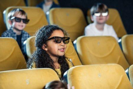 Foto de Enfoque selectivo de sonriente multiculturales amigos viendo películas juntos - Imagen libre de derechos