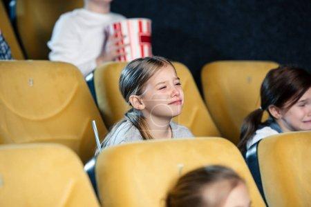 Photo pour Maux d'enfants inquiets, regarder le film au cinéma ensemble - image libre de droit