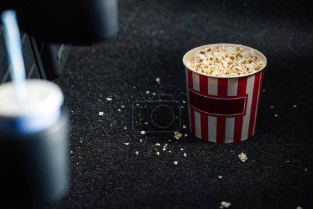 Photo pour Mise au point sélective de coupe dépouillé de papier rouge et blanc avec pop-corn sur plancher - image libre de droit