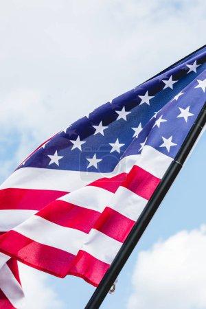 Photo pour Vue de bas angle du drapeau américain avec des étoiles et des rayures - image libre de droit