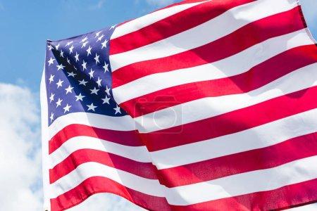 US-Flagge mit Sternen und Streifen gegen blauen Himmel