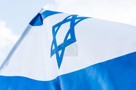 Photo pour Drapeau national Israël de vue de bas angle avec l'étoile de David - image libre de droit