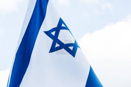Photo pour Drapeau national Israël avec étoile de David contre le ciel bleu - image libre de droit
