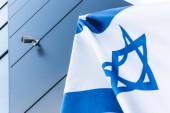 """Постер, картина, фотообои """"низкий угол зрения национального флага Израиля со звездой Давида возле здания"""""""