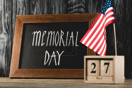 Photo pour Tableau noir avec inscription commémorative près de cubes en bois avec date et drapeau américain - image libre de droit