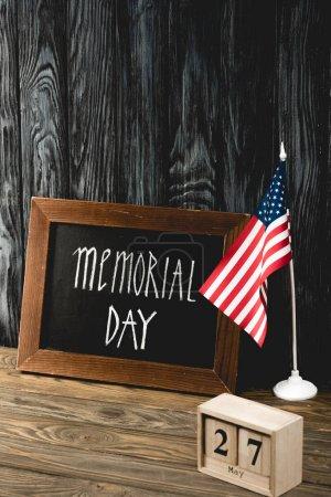 Photo pour Tableau avec Memorial Day lettrage près de drapeau américain et cubes en bois avec date - image libre de droit