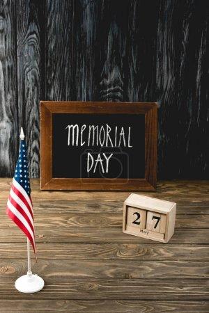 Photo pour Tableau avec inscription du jour commémoratif près de cubes en bois avec date et drapeau d'Amérique - image libre de droit