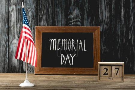 Photo pour Tableau avec le jour de Memorial lettrage près de cubes avec la date et le drapeau de l'Amérique - image libre de droit