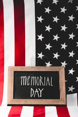 Foto de Bandera de las letras del día de conmemoración en la pizarra cerca de América con estrellas y rayas - Imagen libre de derechos