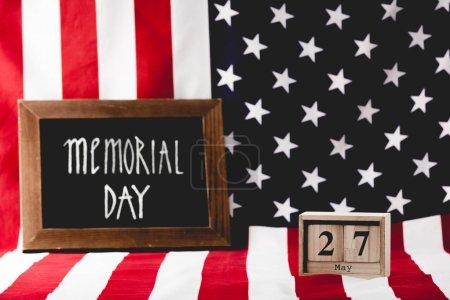 Photo pour Jour commémoratif lettrage sur tableau près de cubes en bois avec la date et le drapeau d'Amérique - image libre de droit
