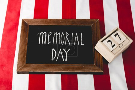 Photo pour Lettres de Memorial Day sur panneau noir près de cubes en bois avec date - image libre de droit
