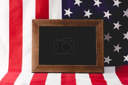 leere Tafel in der Nähe der Nationalflagge Amerikas