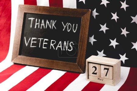 Photo pour Tableau noir avec remerciements vétérans lettrage près du drapeau de l'Amérique et des cubes avec date - image libre de droit