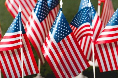 Photo pour Focus sélectif des drapeaux américains avec des étoiles et des rayures - image libre de droit