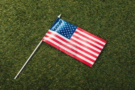 Photo pour Drapeau américain avec des étoiles et des rayures sur l'herbe verte - image libre de droit