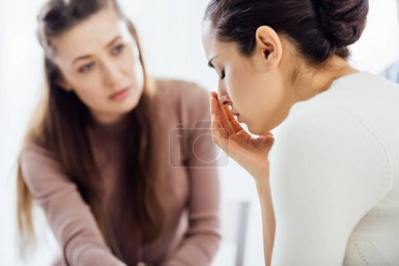 Photo pour Mise au point sélective de femme pleurer pendant la séance de thérapie - image libre de droit