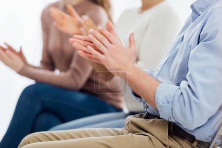 Foto de Recortada la opinión de personas sentado y aplaudiendo durante la sesión de terapia de grupo - Imagen libre de derechos