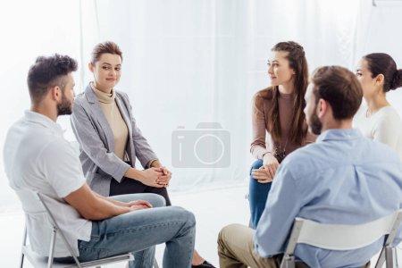 Photo pour Gens qui sont assis en cercle au cours de la séance de thérapie de groupe de soutien - image libre de droit