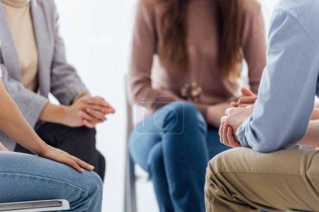 Photo pour Recadrée vue des gens assis au cours de la session de thérapie de groupe - image libre de droit