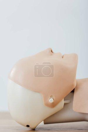 Photo pour Gros plan du mannequin de RCR pour la formation aux premiers secours isolée sur fond gris avec espace copie - image libre de droit