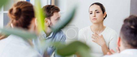 Photo pour Prise de vue panoramique de femme gesticulant au cours de la séance de thérapie de groupe - image libre de droit