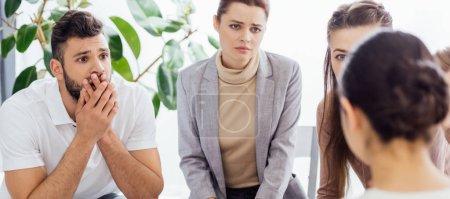Photo pour Prise de vue panoramique de personnes au cours de la séance de thérapie de groupe - image libre de droit