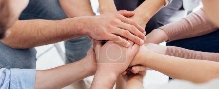 Photo pour Prise de vue panoramique de personnes, empilage de mains au cours de la session de thérapie de groupe - image libre de droit