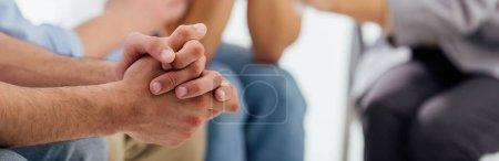 Photo pour Plan panoramique des mains de l'homme pendant la séance de thérapie de groupe avec espace de copie - image libre de droit