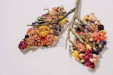 Photo pour Composition florale avec fleurs séchées et brindilles en forme de poumons sur gris - image libre de droit