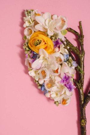 Photo pour Gros plan de composition florale avec des fleurs en fleurs et des brindilles en forme de poumons sur rose - image libre de droit