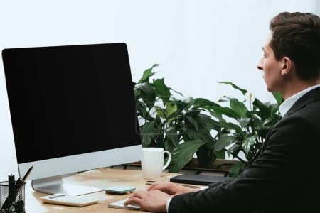 Photo pour Adulte en costume à l'aide d'un ordinateur avec écran vierge et espace de copie - image libre de droit