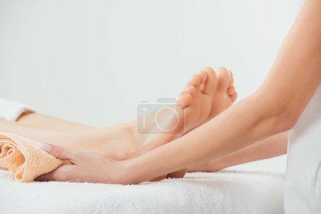 Photo pour Vue recadrée du masseur faisant le massage de pied à la femme adulte dans le Spa - image libre de droit