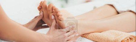 Photo pour Plan panoramique de masseur faisant massage des pieds à la femme adulte dans le Spa - image libre de droit